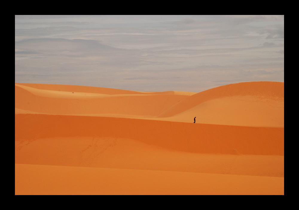 Einsamer Wanderer in den Dünen