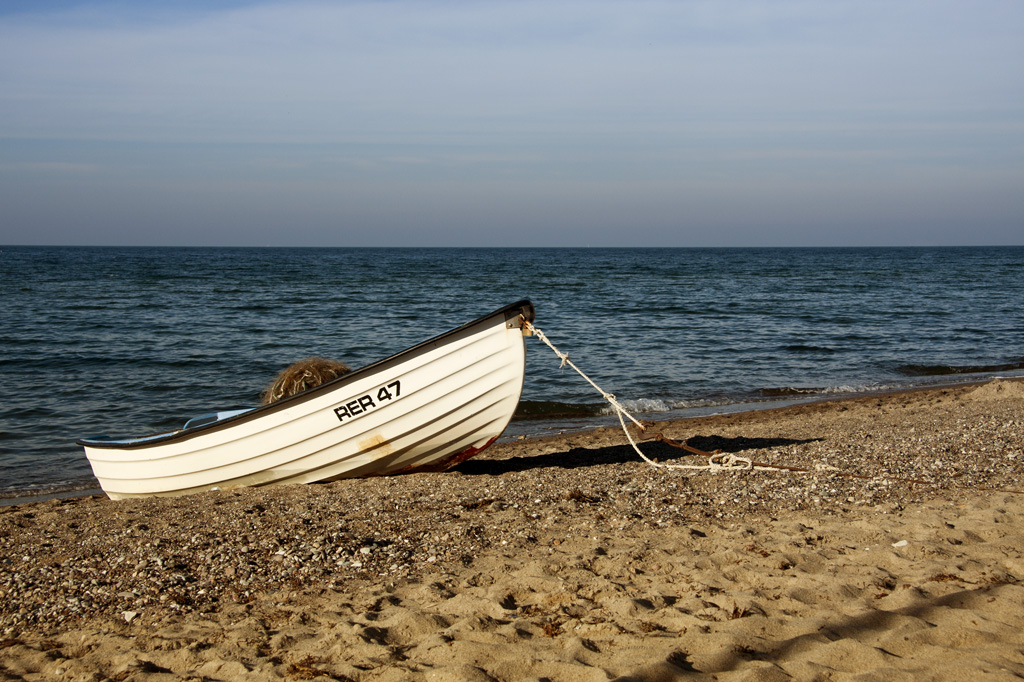 einsames Boot am Strand