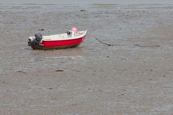 einsames Boot bei Ebbe
