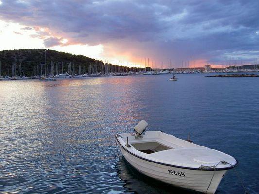einsames boot in kroatien