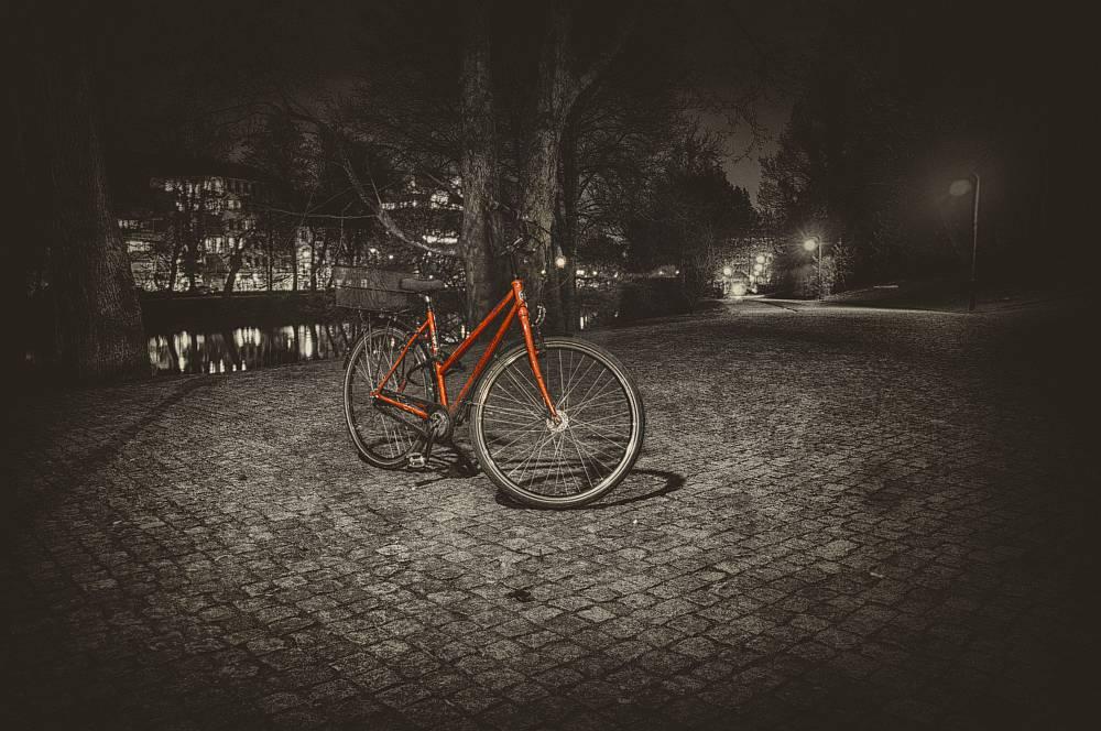 Einsames Fahrrad in der Dunkelheit