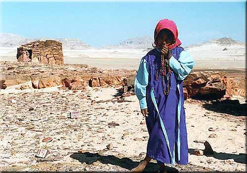 Einsames Mädchen in der Wüste