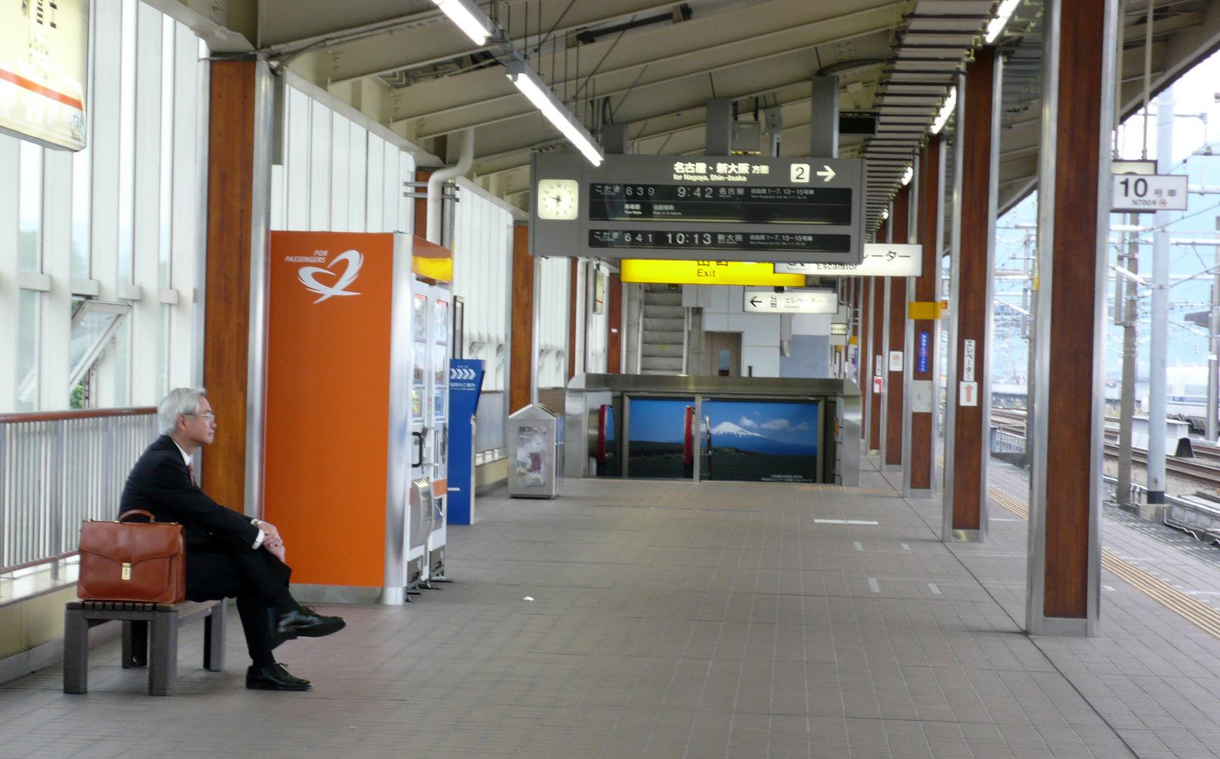 Einsames Warten auf den Shinkasen, den japanischen Schnellzug