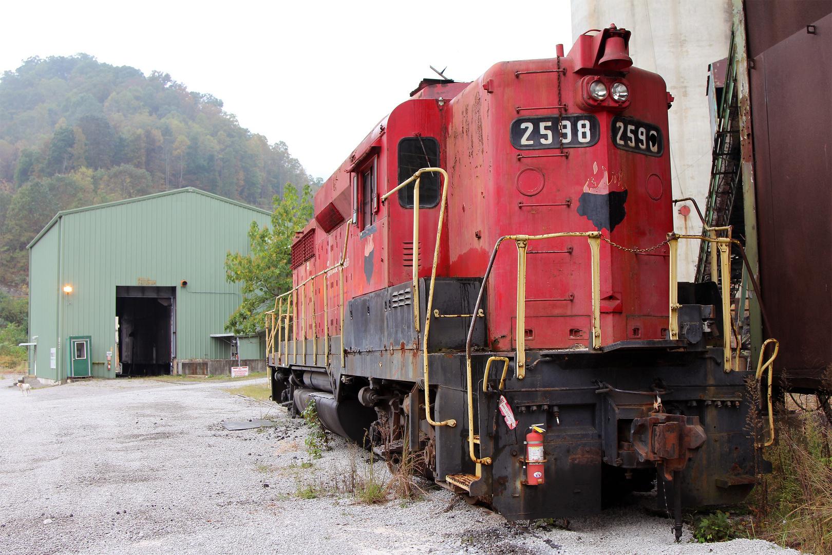 Einzige Lok der Sprouse Creek Coal Mine, EMD GP30HH #2598 auf dem Firmengelände