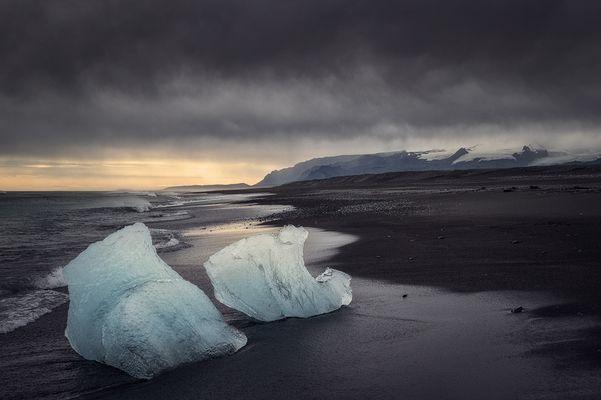 Eis auf schwarzem Strand
