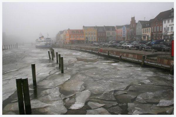 Eis und Nebel im Husumer Hafen