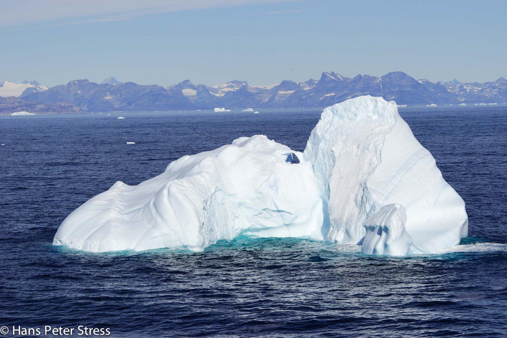Eisberg mit Durchblick