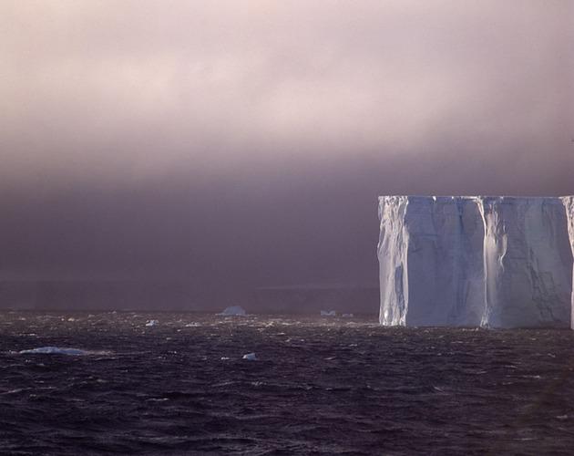 Eisberge vor aufziehenden Strumfront
