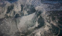 Eisblock trifft Wasser