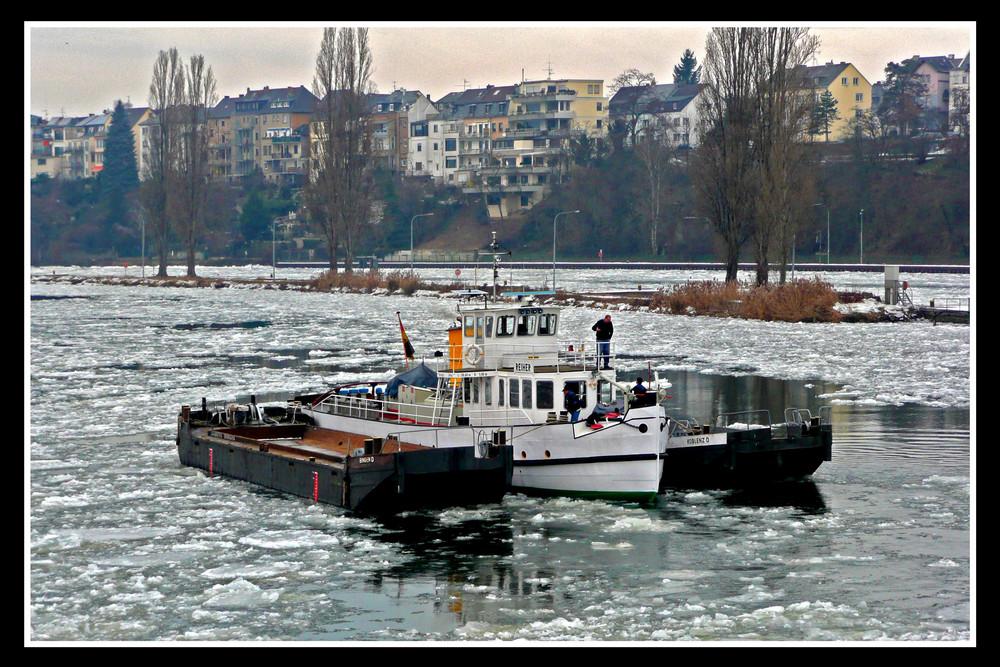"""Eisbrecher"" auf der Mosel bei Koblenz"