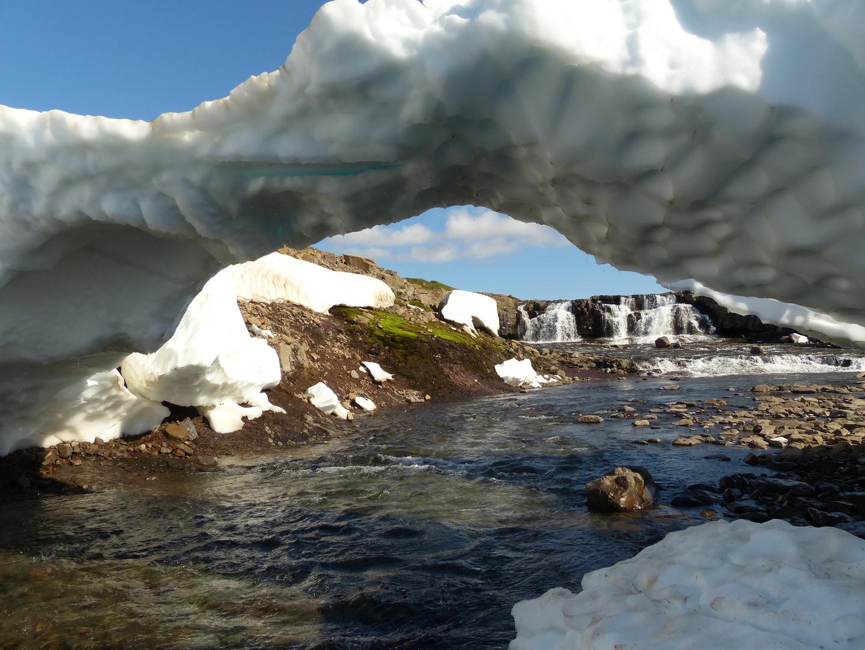 Eisbrücke unterwegs in Island entdeckt
