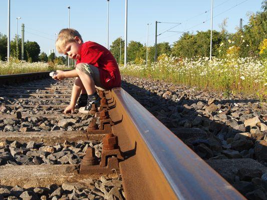 Eisenbahn!! Junge Spielt im Gleis