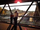 Eisenbahn-Romantik: Ein Opa beobachtet mit seinem Enkel den Zugverkehr