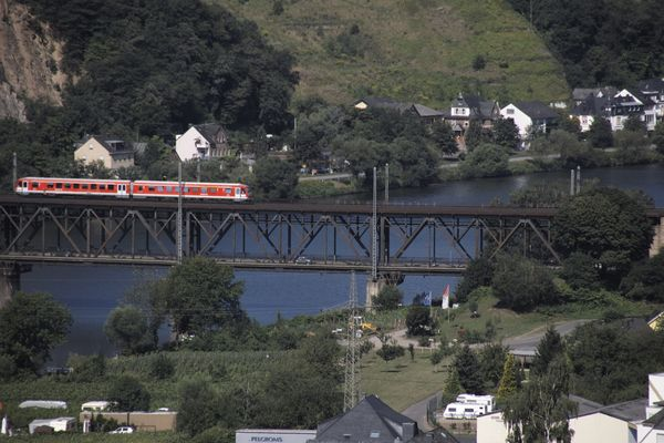 Eisenbahn und Autobrücke über die Mosel bei Alf