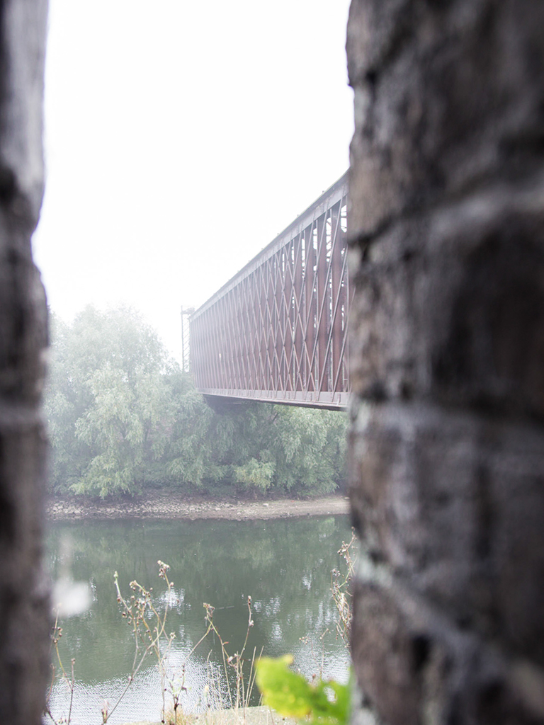 Eisenbahnbrücke im Nebel