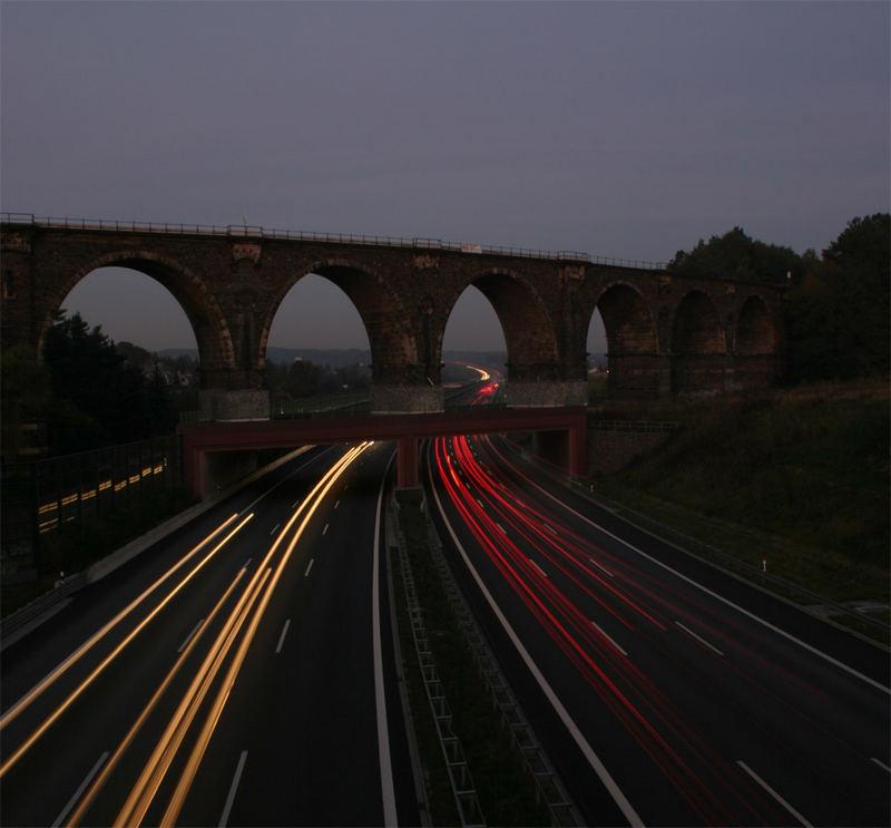 Eisenbahnbrücke in Chemnitz am Abend