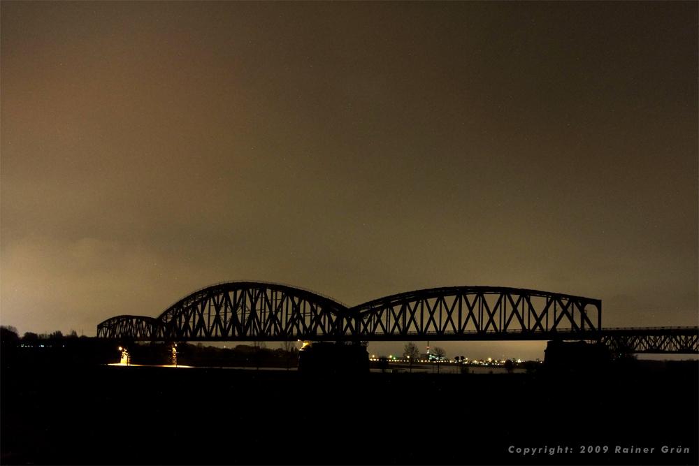 Eisenbahnbrücke in der Nacht