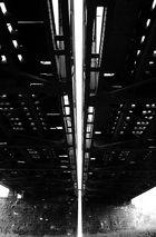 Eisenbahnbrücke mit Sonnenstrahleinfall