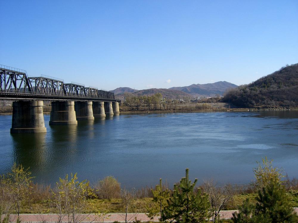 Eisenbahnbrücke über den Songhua-Fluss in der Stadt Jilin