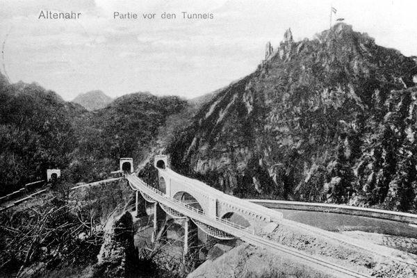 Eisenbahnbrücken und Tunnels vor Altenahr (1913).