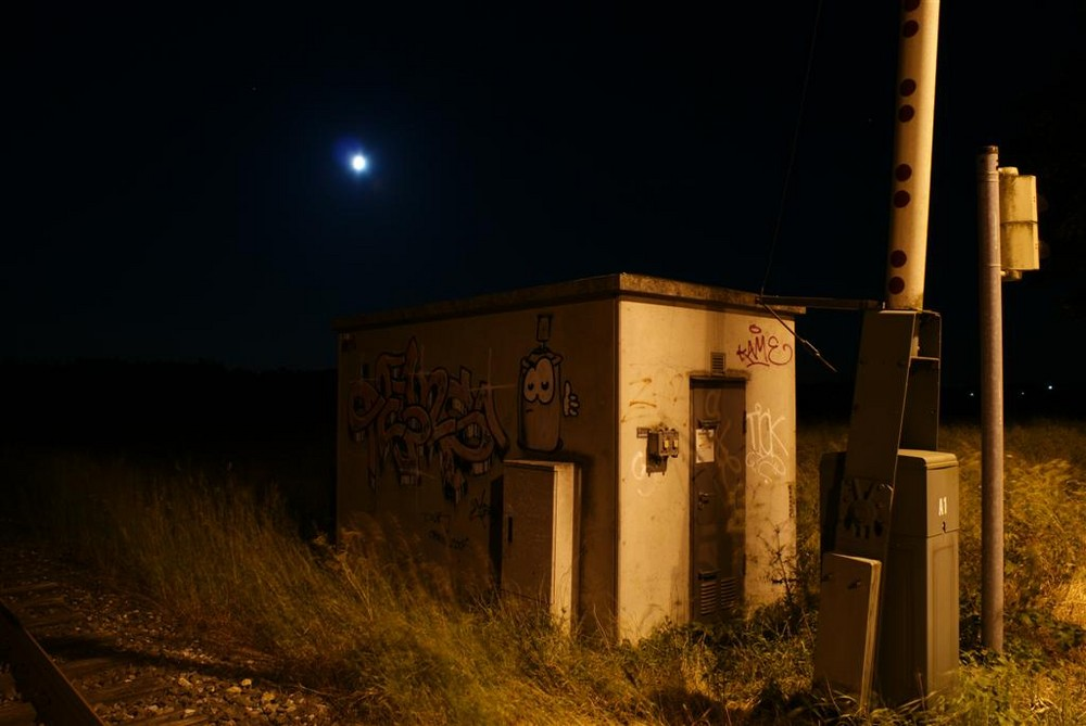 Eisenbahnhaus im Mondlicht