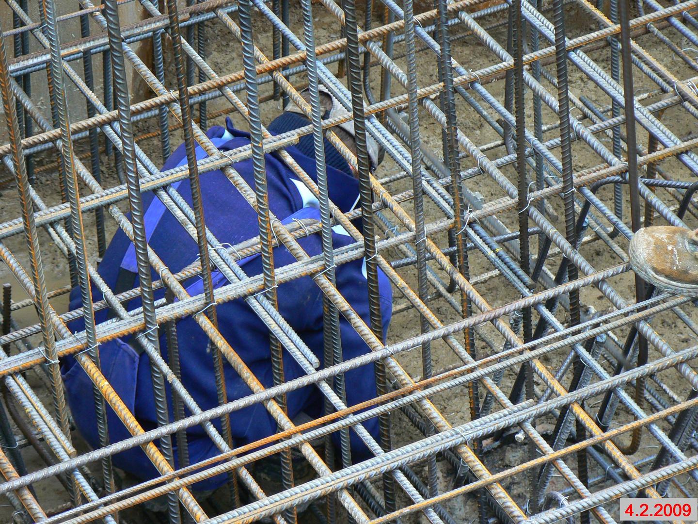 Eisenbieger im Brückenfundament