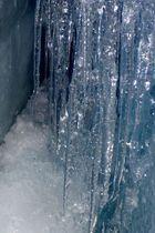 Eisformationen in einer Gletscherspalte 1