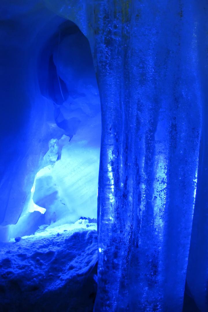 Eisformationen in einer Gletscherspalte 5