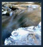 eisig kaltes fließendes Wasser