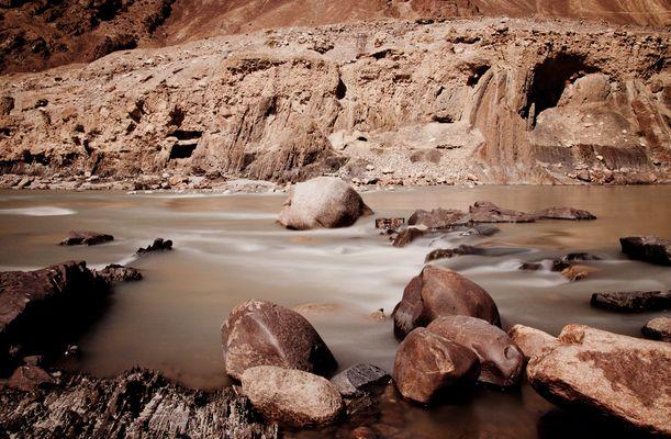 eisiger Bergfluss in den indischen Bergen