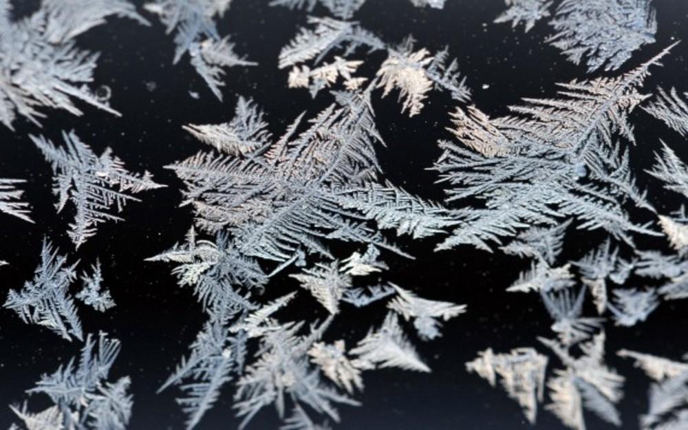 Eiskristalle auf der Autoscheibe