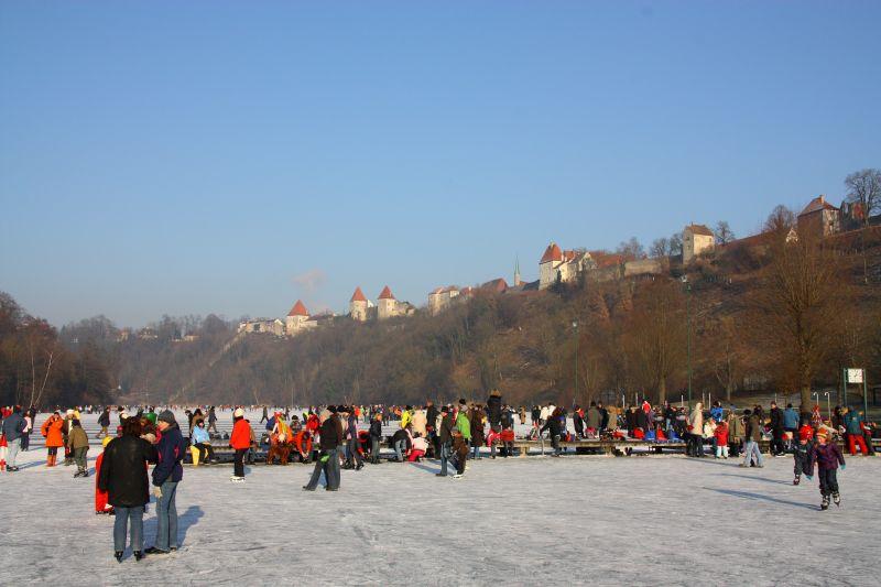 Eislaufen im Schutze der Burg