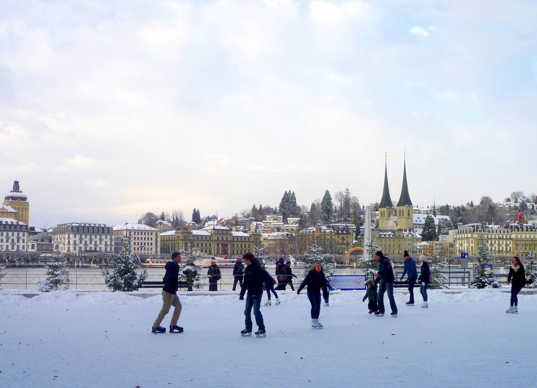 Eislaufen vor dem KKL ...