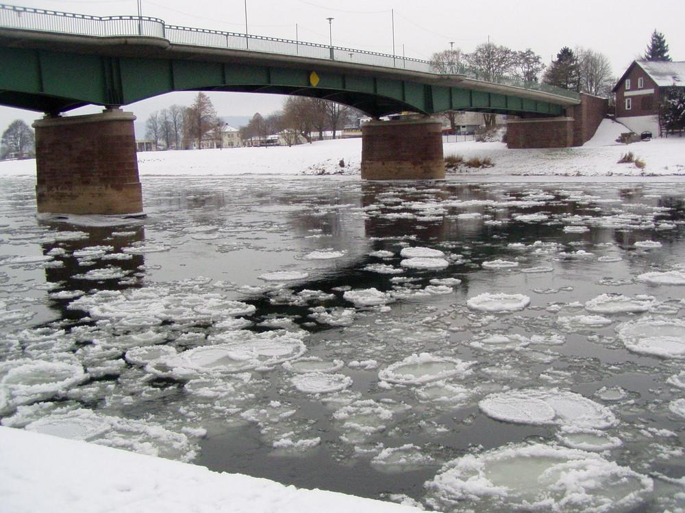Eisschollen auf der Weser