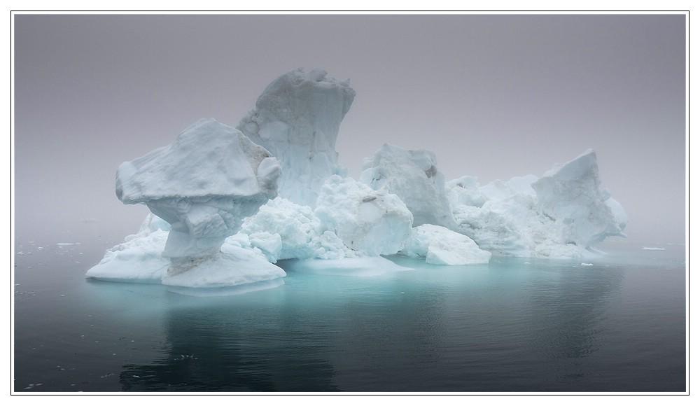 Eisskulptur im Nebel