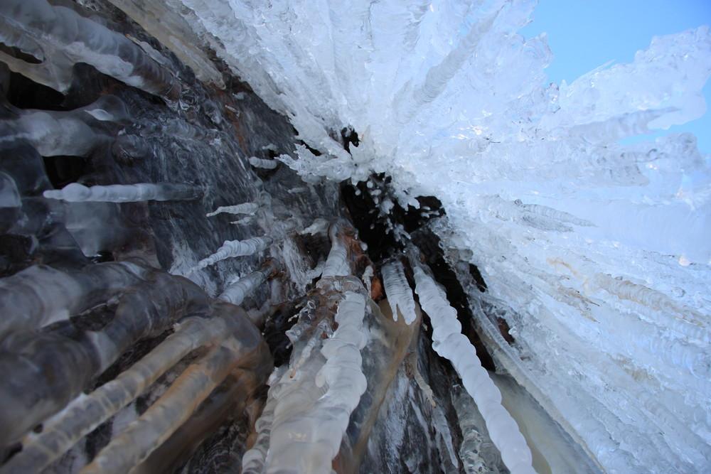 Eiszapfen von unten fotografiert