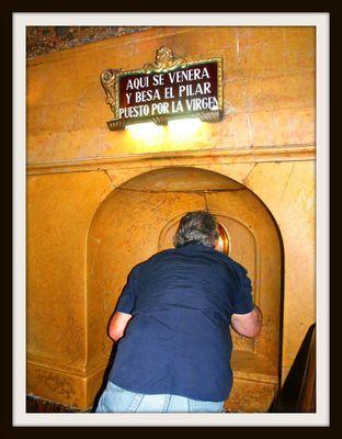 El beso devoto a la columna del Pilar- Zaragoza