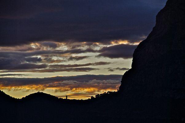 El campanario de Collbató a los pies de Montserrat