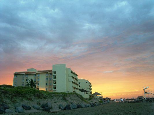 el cielo iluminando la tarde por atras del hotel