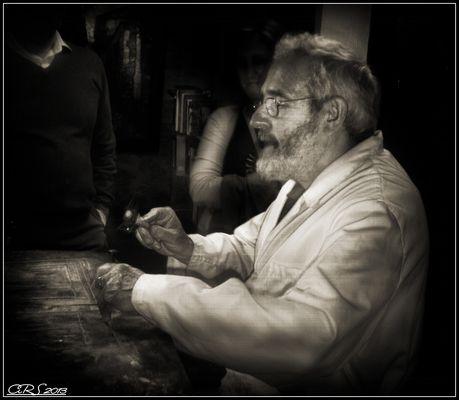El cincelador (Manos de artista)