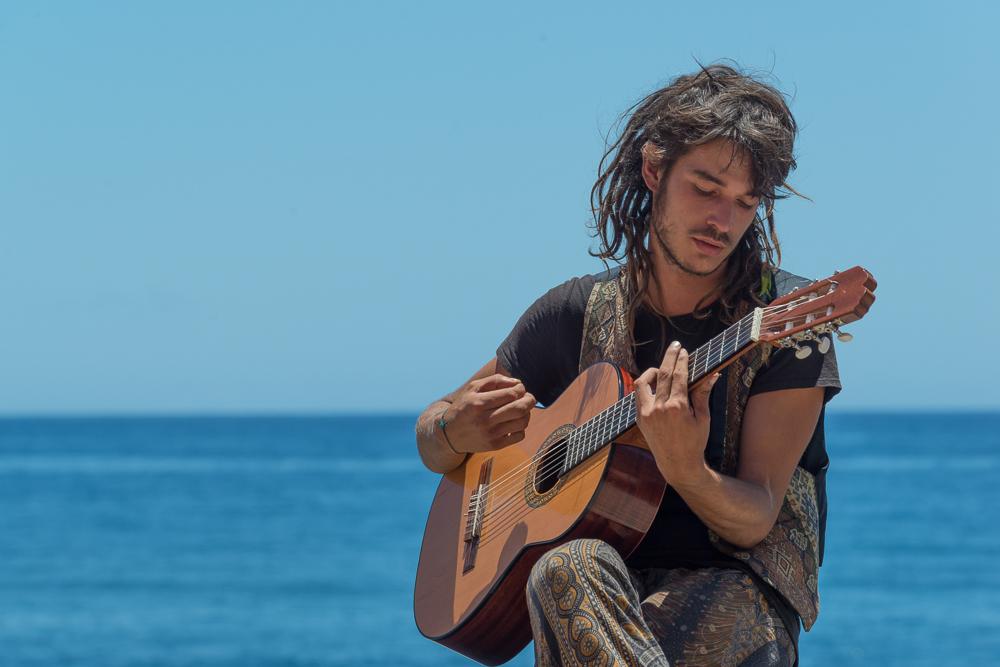 el guitarrista frente al mar (der Gitarrist am Meer)
