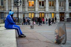 ...el hombre de azul...