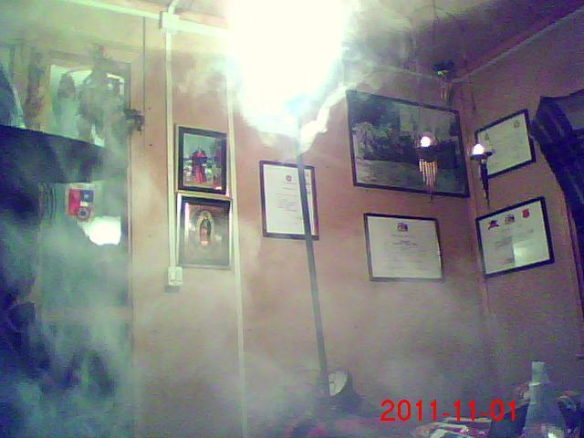El humo del sahumerio, y las hierbas inunda habitación