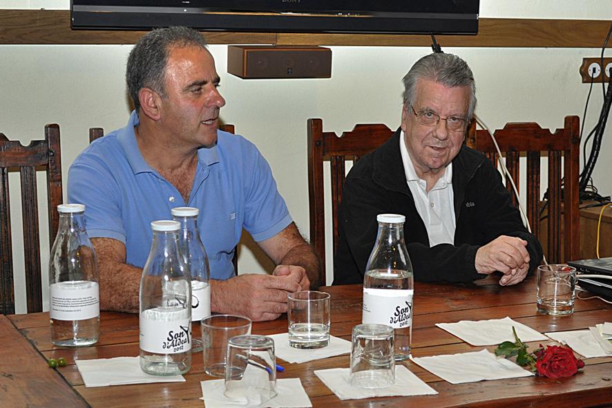 EL MAESTRO CARLOS VALCARCEL (el de la derecha)