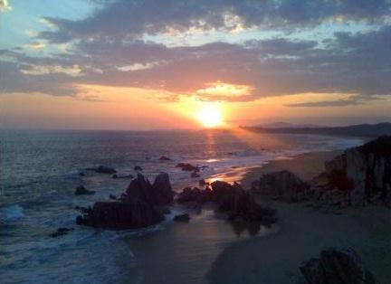 el mar y el sol poniéndose