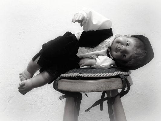 El muñeco antiguo de la niña