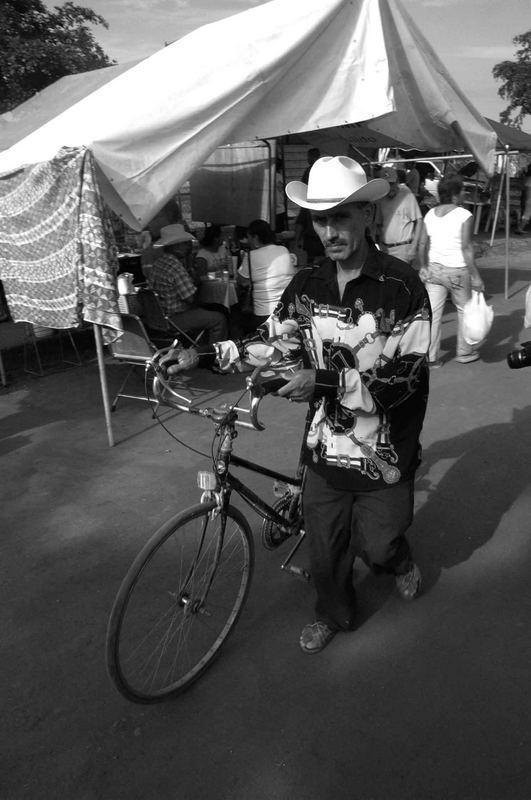 el peaton con bicicleta