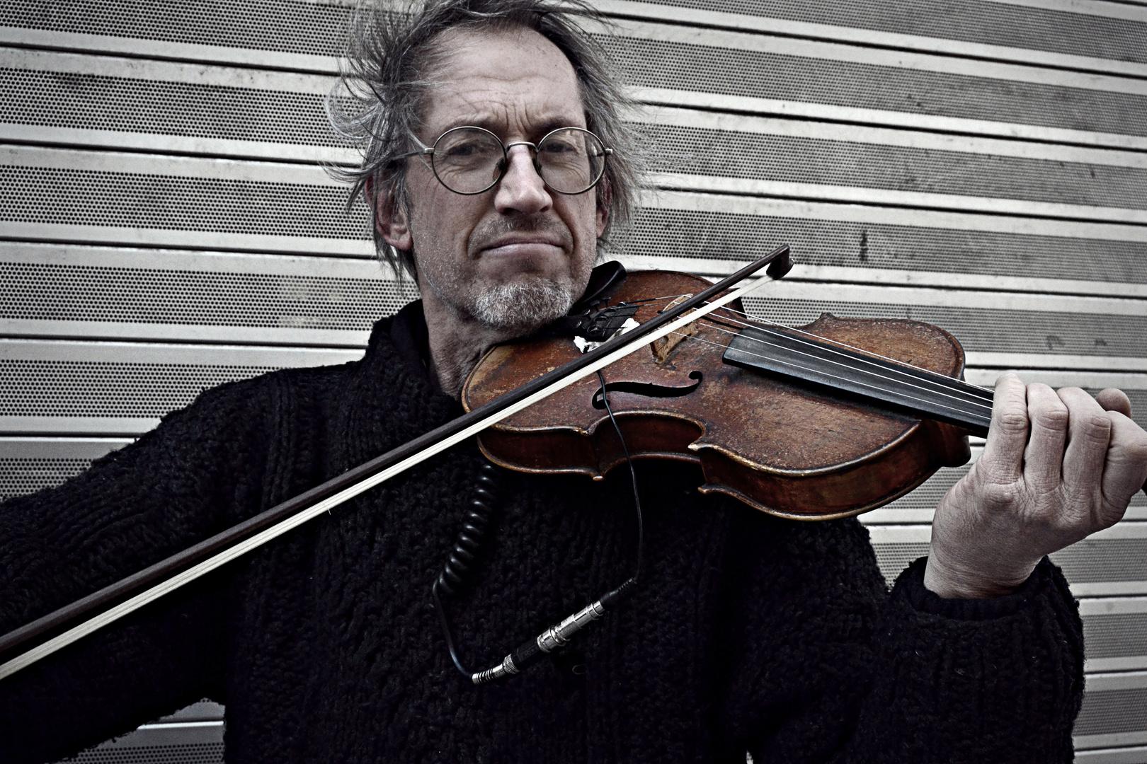 El silencio fotográfico de un viejo violín.