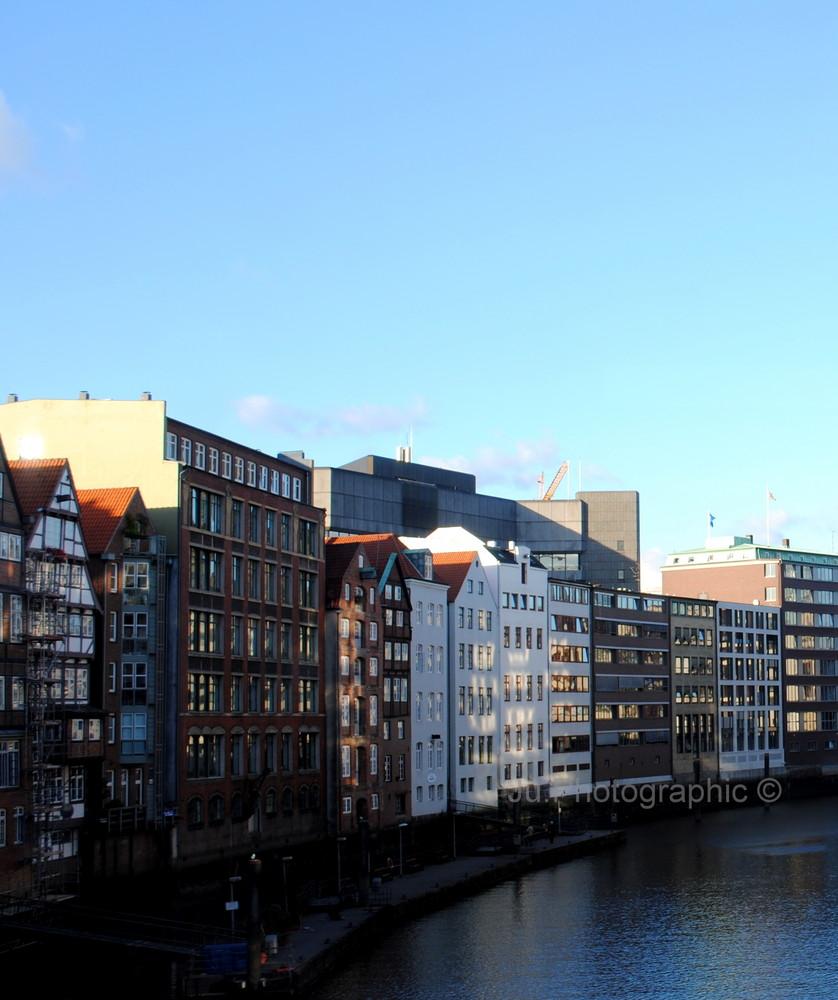 Elbe mit Häuserreihe.