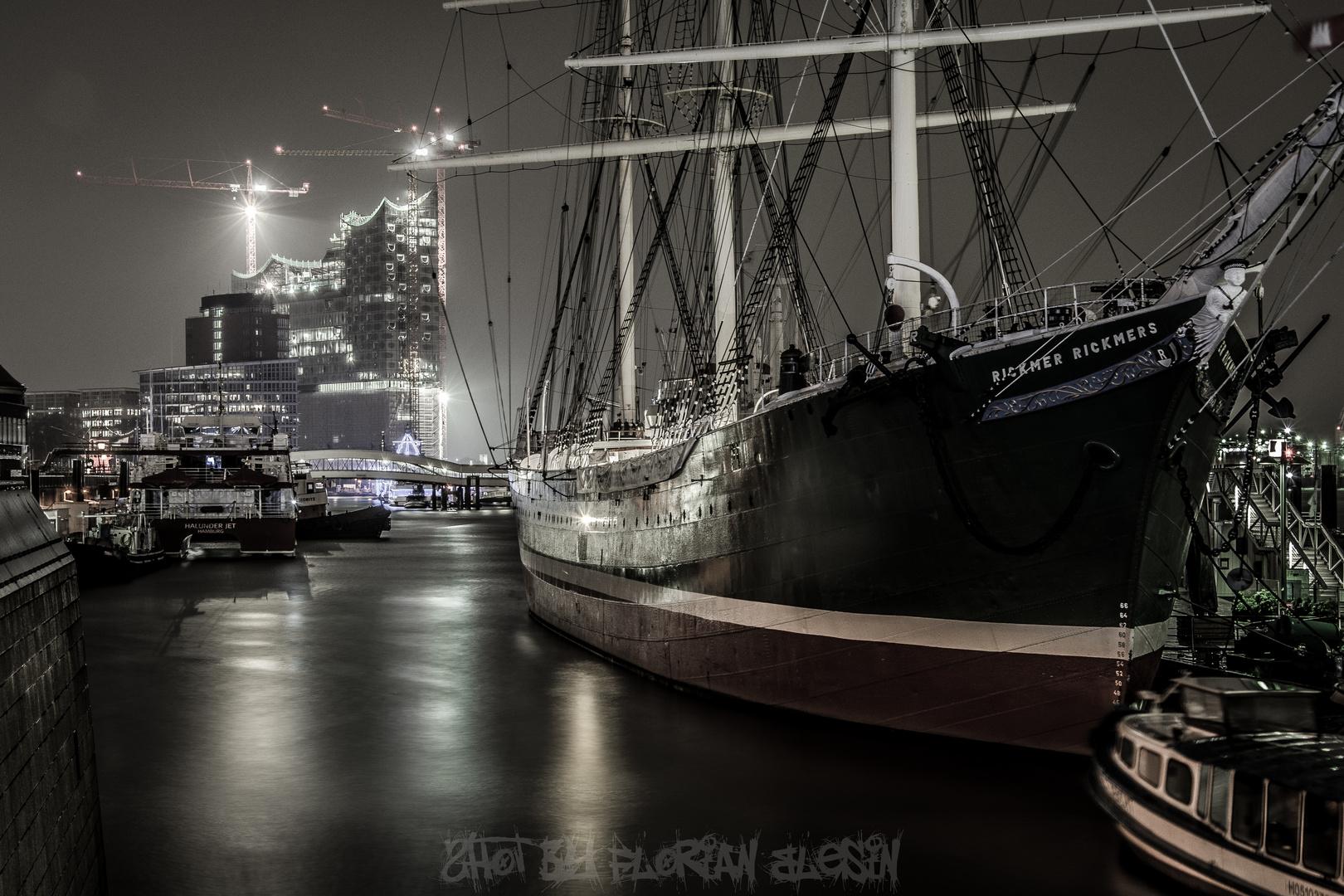 Elbphilharmonie+Rickmer Rickmers im Hamburger Hafen bei Nacht